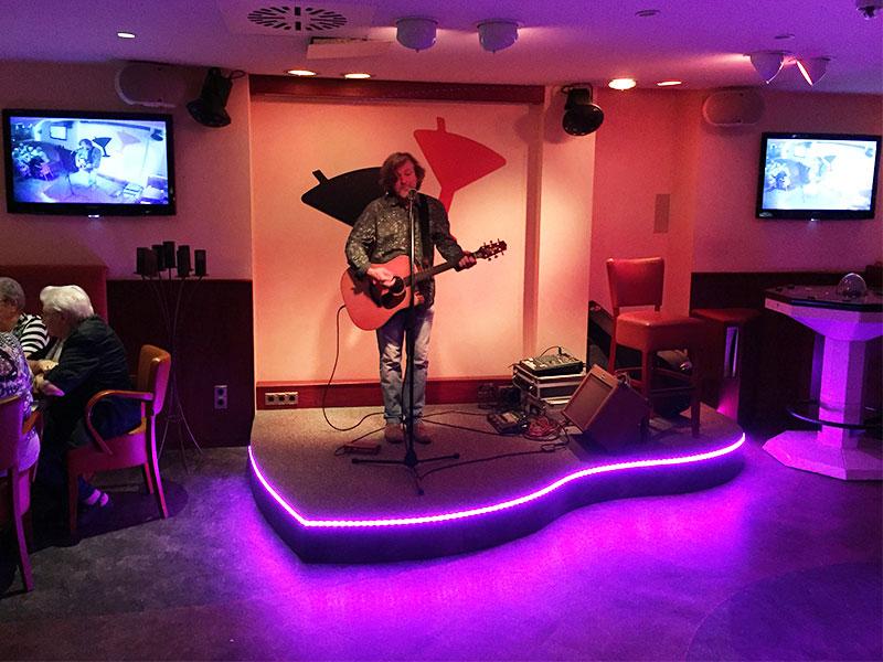 Digital-Media-Crestron-auf-2-Displays-Musiker