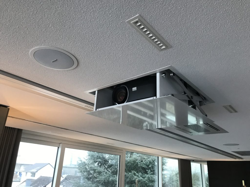 Projektor in Deckenlift