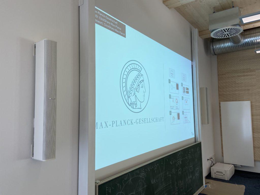 Videoleinwand im Max-Planck-Institut