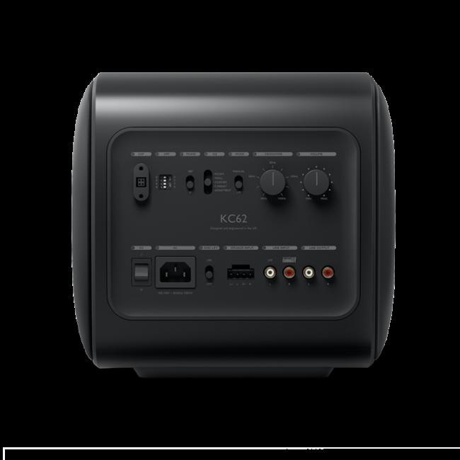 Der KC62 ist ein unglaublich kompakter Subwoofer, der die Kraft und Magie tiefer, präziser Bässe für ein mitreißendes Musik-, Film- und Spielerlebnis liefert.