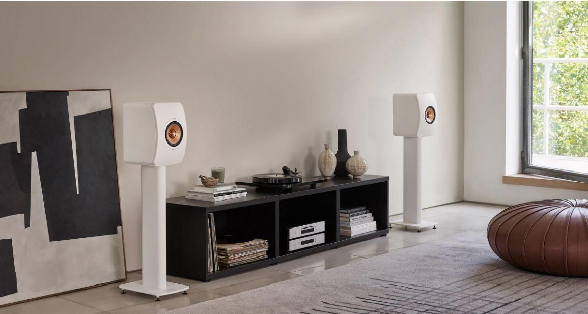 KEF LS50 META in Weiß im Wohnzimmer