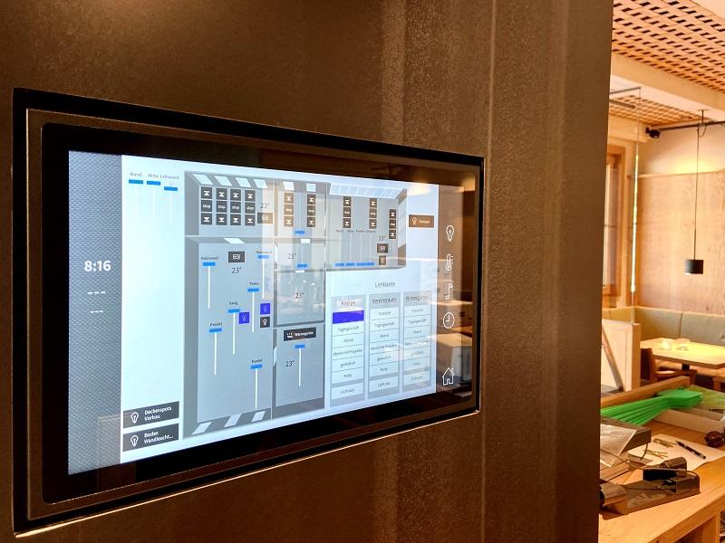 Crestron DGE-100 in Kombination mit einem Touchscreen zur Gebäudeautomation im Wirtsgut Wormbach
